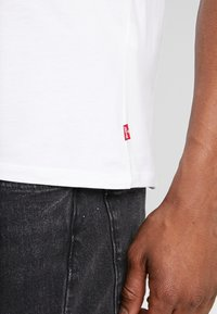 Levi's® - LEVI'S® X STAR WARS GRAPHIC - T-shirt imprimé - vader white - 3
