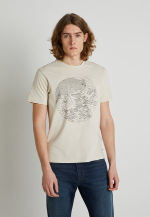 WELLTHREAD POCKET TEE - Print T-shirt - sand