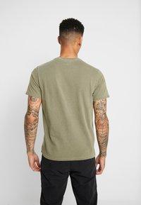 Levi's® - THE ORIGINAL TEE - T-shirt med print - olive night - 2