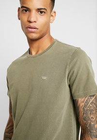 Levi's® - THE ORIGINAL TEE - T-shirt con stampa - olive night - 4