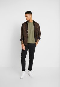 Levi's® - THE ORIGINAL TEE - T-shirt con stampa - olive night - 1