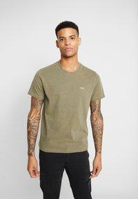 Levi's® - THE ORIGINAL TEE - T-shirt med print - olive night - 0