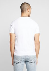 Levi's® - HOUSEMARK GRAPHIC TEE - T-shirt imprimé - white - 2