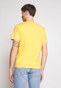 Levi's® - HOUSEMARK GRAPHIC TEE - T-shirt imprimé - golden apricot - 2