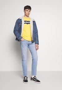 Levi's® - HOUSEMARK GRAPHIC TEE - T-shirt imprimé - golden apricot - 1
