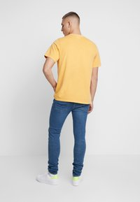 Levi's® - AUTHENTIC CREWNECK TEE - T-shirts - golden apricot - 2