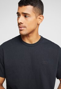 Levi's® - AUTHENTIC CREWNECK TEE - T-paita - mineral black - 3