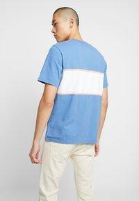 Levi's® - AUTHENTIC COLORBLOCK TEE - Print T-shirt - riverside/ veiled rose/ marshmallow - 2