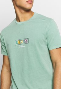 Levi's® - BOXTAB GRAPHIC TEE - T-shirts med print - creme de menthe - 5