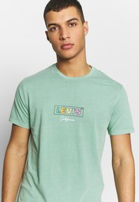 Levi's® - BOXTAB GRAPHIC TEE - T-shirts med print - creme de menthe - 3