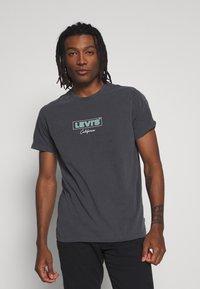 Levi's® - BOXTAB GRAPHIC TEE - Triko spotiskem - anthracite - 0