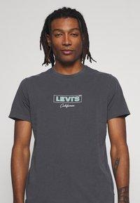 Levi's® - BOXTAB GRAPHIC TEE - Triko spotiskem - anthracite - 4