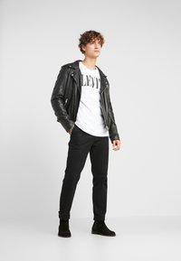 Levi's® - RELAXED GRAPHIC TEE - Camiseta estampada - white - 1