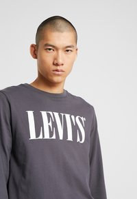 Levi's® - LS RELAXED GRAPHIC TEE - Long sleeved top - 90's serif logo ls forged iron - 4
