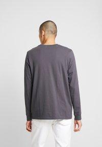 Levi's® - LS RELAXED GRAPHIC TEE - Bluzka z długim rękawem - 90's serif logo ls forged iron - 2