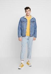 Levi's® - THE ORIGINAL TEE - T-Shirt print - golden apricot - 1