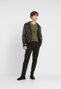 Levi's® - THE ORIGINAL TEE - T-shirt con stampa - olive night/mineral black - 1