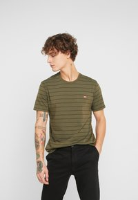 Levi's® - THE ORIGINAL TEE - T-shirt con stampa - olive night/mineral black - 0