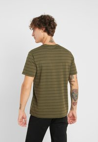 Levi's® - THE ORIGINAL TEE - T-shirt con stampa - olive night/mineral black - 2