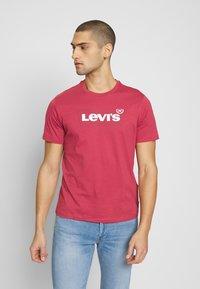 Levi's® - HOUSEMARK GRAPHIC TEE - Triko spotiskem - tonal earth red - 0