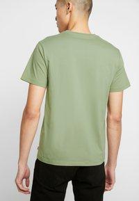 Levi's® - HOUSEMARK GRAPHIC TEE - Camiseta estampada - aloe - 2