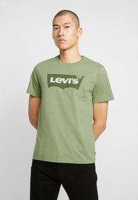 Levi's® - HOUSEMARK GRAPHIC TEE - Camiseta estampada - aloe - 0