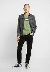 Levi's® - HOUSEMARK GRAPHIC TEE - Camiseta estampada - aloe - 1