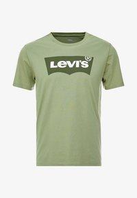 Levi's® - HOUSEMARK GRAPHIC TEE - Camiseta estampada - aloe - 3