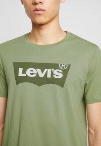 Levi's® - HOUSEMARK GRAPHIC TEE - Camiseta estampada - aloe - 4