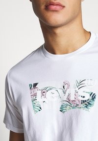 Levi's® - HOUSEMARK GRAPHIC TEE - T-shirt imprimé - white - 4