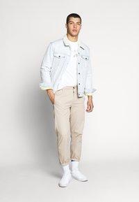 Levi's® - HOUSEMARK GRAPHIC TEE - T-shirt imprimé - white - 1