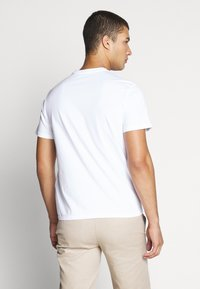 Levi's® - HOUSEMARK GRAPHIC TEE - T-shirt con stampa - white - 2