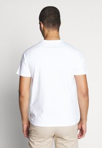 Levi's® - HOUSEMARK GRAPHIC TEE - T-shirt con stampa - batwing white - 2