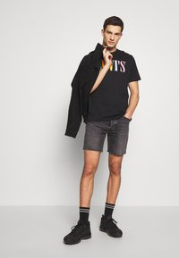 Levi's® - RELAXED GRAPHIC TEE - T-shirt con stampa - black - 1