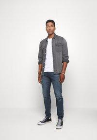 Levi's® - GRAPHIC CREWNECK TEE - Print T-shirt - white - 1