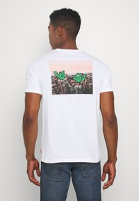Levi's® - GRAPHIC CREWNECK TEE - Print T-shirt - white - 2