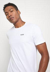 Levi's® - GRAPHIC CREWNECK TEE - Print T-shirt - white - 3