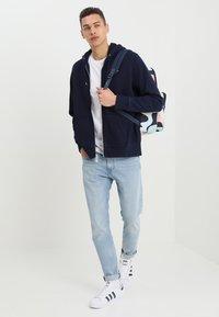 Levi's® - ORIGINAL ZIP UP HOODIE - Bluza rozpinana - dark indigo - 1