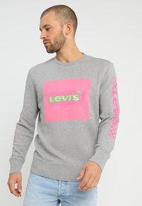 Levi's® - GRAPHIC CREW - Sweatshirt - midtone heather grey - 0
