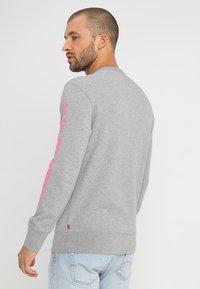 Levi's® - GRAPHIC CREW - Sweatshirt - midtone heather grey - 2