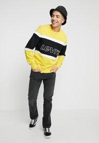 Levi's® - PIECED CREW - Sweatshirt - yellow - 1