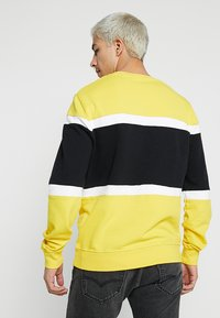 Levi's® - PIECED CREW - Sweatshirt - yellow - 2
