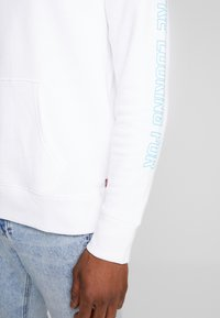 Levi's® - LEVI'S® X STAR WARS GRAPHIC PO HOODIE - Luvtröja - androids white - 3