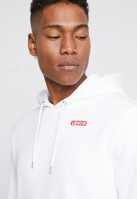 Levi's® - LEVI'S® X STAR WARS GRAPHIC PO HOODIE - Luvtröja - androids white - 4