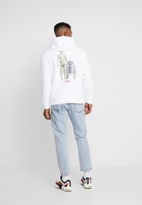 Levi's® - LEVI'S® X STAR WARS GRAPHIC PO HOODIE - Luvtröja - androids white - 0