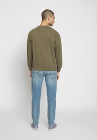 Levi's® - RELAXED GRAPHIC CREWNECK - Collegepaita - olive night - 2