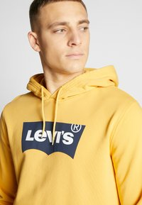 Levi's® - GRAPHIC HOODIE - Luvtröja - golden apricot - 5