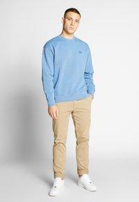 Levi's® - AUTHENTIC LOGO CREWNECK - Sweatshirt - riverside - 1