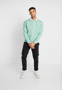 Levi's® - AUTHENTIC LOGO CREWNECK - Sweatshirt - creme de menthe - 1