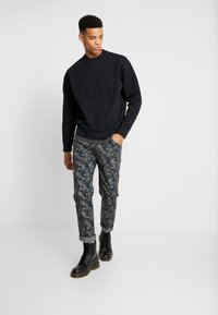 Levi's® - AUTHENTIC LOGO CREWNECK - Sweatshirts - mineral black - 1
